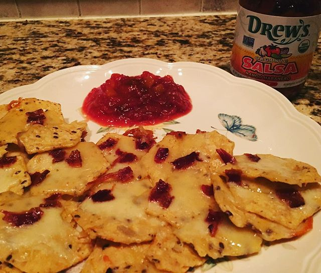 A little late night snack that's of course #lowsugar.  Some #organic quinoa chips with #rawcheese and #bacon with #mangosalsa 😀
