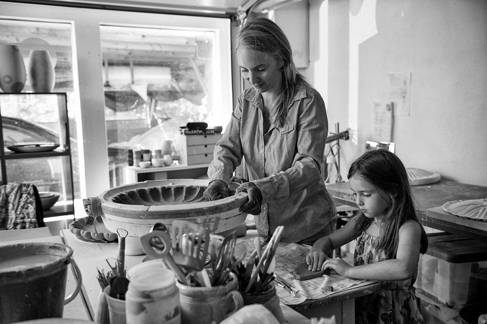 Simone Stocker mit Tochter im Atelier, Bild Christoph Däppen, 2018