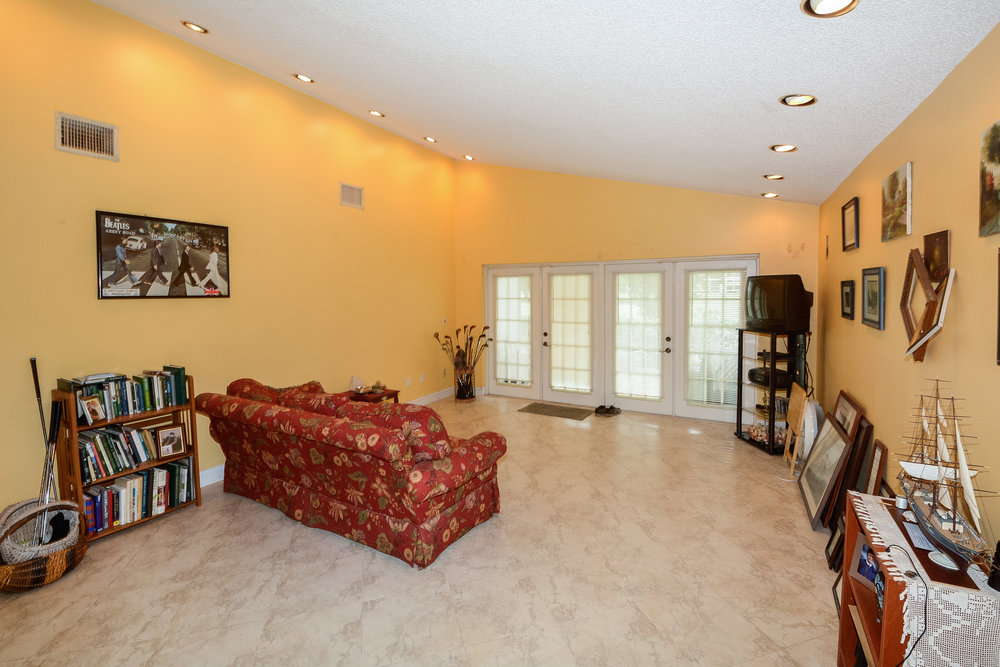 302_fairway_circle_MLS_HID1077605_ROOMlivingroom.jpg