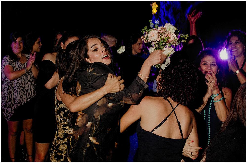 Dama de honor con el ramo de novia