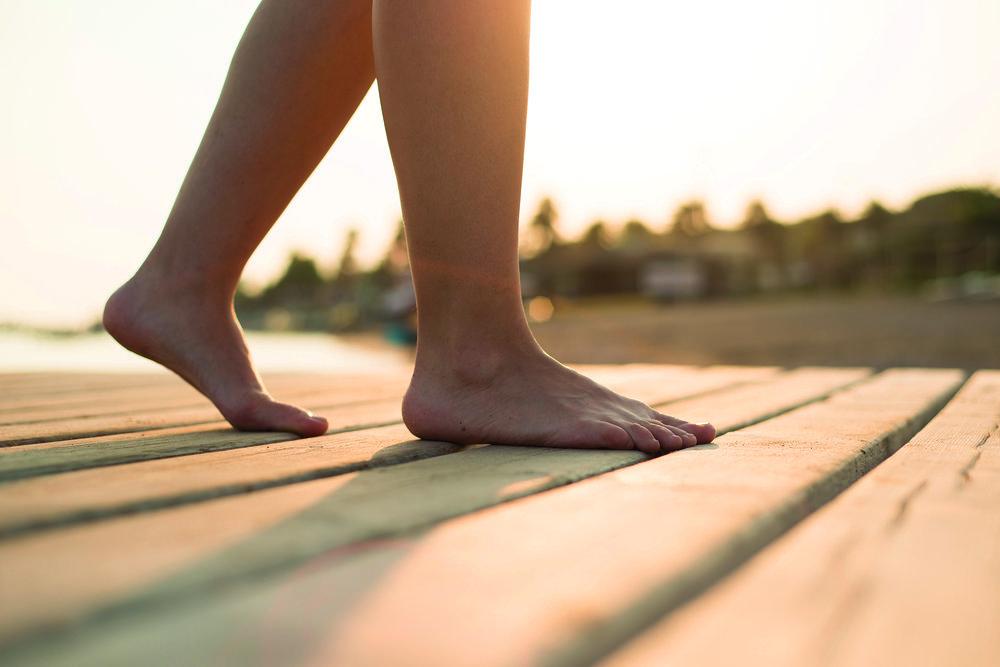 graphicstock-detail-of-female-barefoot-feet-on-sunny-beach_BCfVTBj2--.jpg