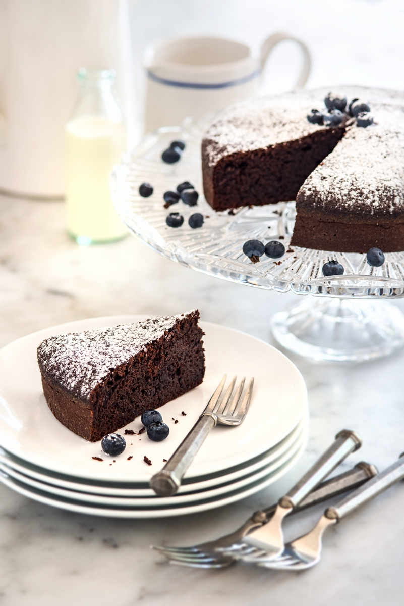 Flourless-Chocolate-Cake-with-Blueberries-2.jpg