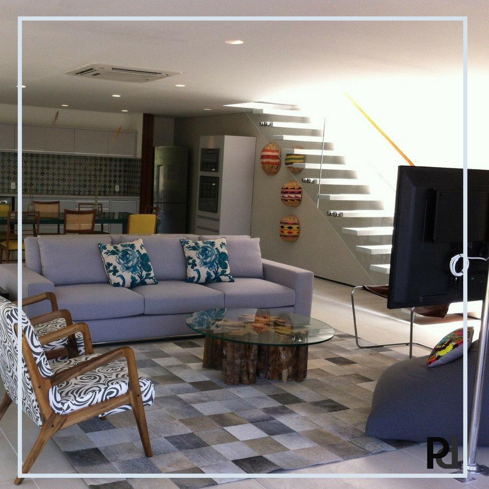 Escada limpa e  leve que quase some na sala. cimento queimado, vidro e um corrimão simples em madeira fazem dela um coringa para decorações modernas..jpg