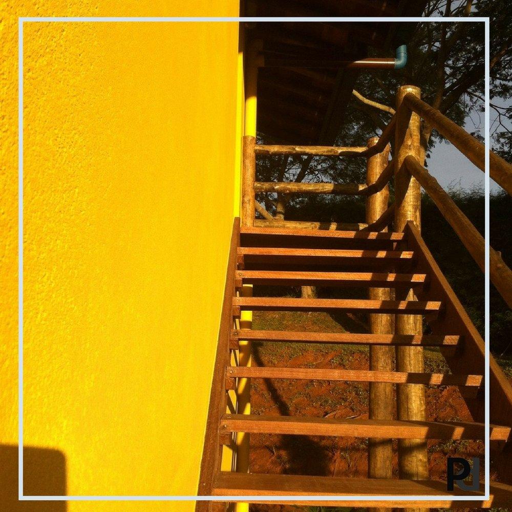 Escada externa com acabamentos rústicos. Ótima Combinacao.jpg