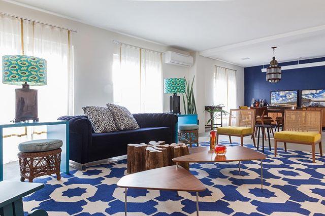 Azul reinando pleno, com pontos em outras cores para iluminar!  Pq aqui a atitude falou mais forte! 💙 (📸 @flavioteperman ) . . #pocketdecor #pocket_decor #projetopocketdecor #azul #tapete #composição #estampa #mixdeestampas #blue #prints #decor #decoração #homedecor #homedesign #instadecor #instadesign #designdeinteriores