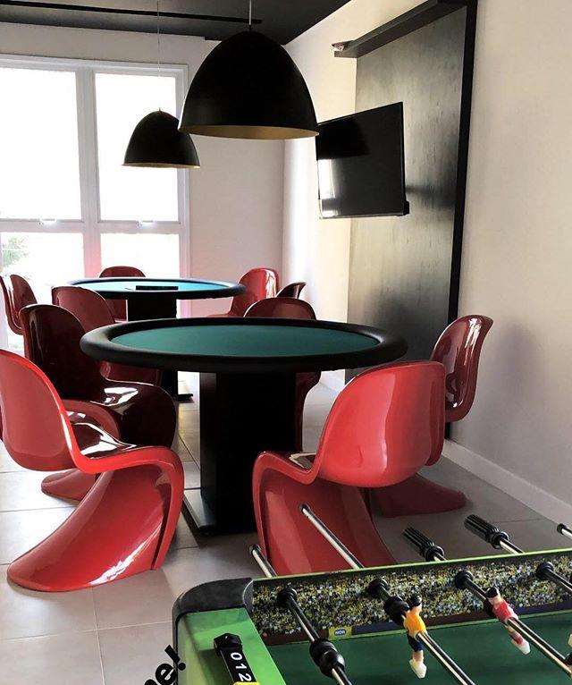 Sala de jogos pronta... podemos distribuir as cartas? 🎲♦️♣️♥️♠️ . . #pocketdecor #pocket_decor #projetopocketdecor #saladejogos #poker #panton #pantonchair #playroom #gameroom #decor #decoracao #homedecor #homedesign #instadecor #designdeinteriores