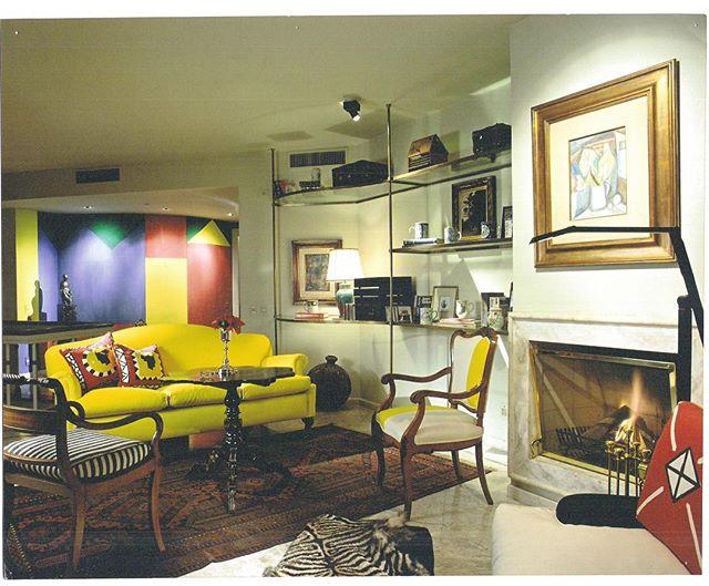 """Cores primárias dão o tom nessa decoração! Aqui elas quebram toda """"seriedade"""" dos móveis mais clássicos, deixando tudo mais leve e transformam esse sofá em objeto de desejo...💛 . . #pocketdecor #pocket_decor #projetopocketdecor #coresprimarias #colorido #moveisclassicos #composição #mixdecores #decor #decoração #homedecor #homedesign #instadecor #designdeinteriores #sofa #amarelo"""