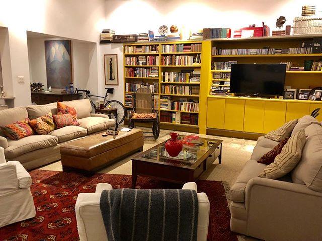 Um casa onde os livros são os protagonistas... Aqui eles merecem um lugar especial! 💛📙📒📔💛 . . #pocketdecor #pocket_decor #projetopocketdecor #pocketexpress #estante #estantedelivros #saladeestar #biblioteca #amarelo #sofas #cantodaleitura #books #bookshelf #livingroom #yellow #composição #composition #libary #decor #decoracao #homedecor #homedesign #nstadecor #designdeinteriores