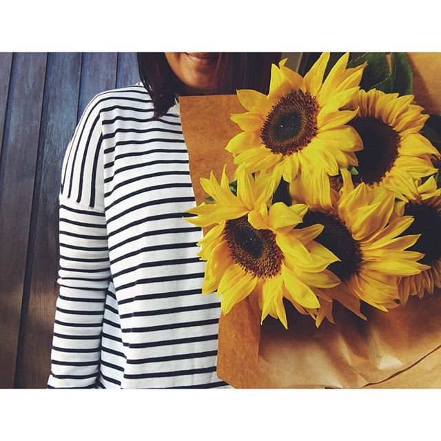 F l o w e r s  S t r i p e s 🌻 ... and all things nice on the first winter of the year #thisshellife #sunday #winter #sunflowers #stripes #flowers #bouquet #florals #posy