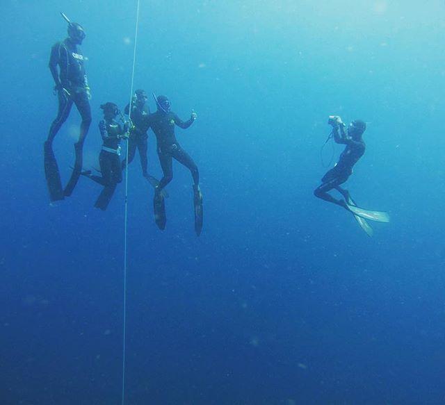 Behind the lens of an underwater photoshoot #photogenicfreedivers #freedivingcommunity #jemelukbay #zenout 📷Aaron Chiang