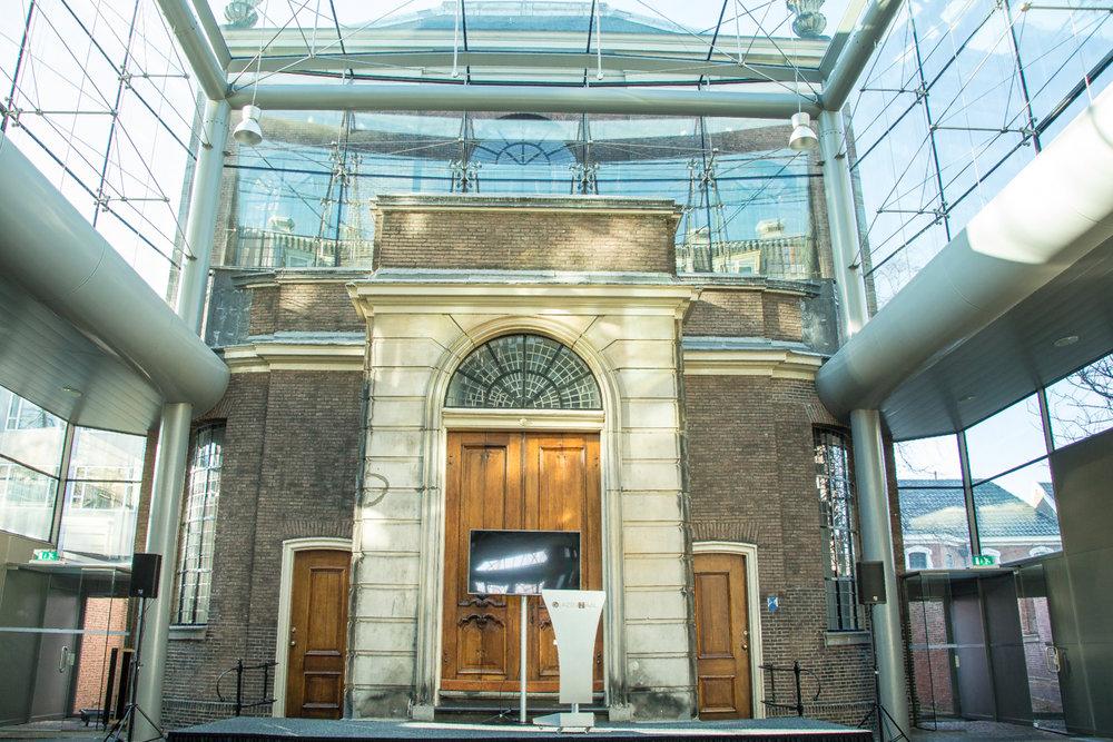 Op locatie: de Glazen Zaal - Ontvang uw gasten in een bijzondere ruimte waar u zich binnen en tegelijkertijd buiten voelt. De glazen zaal is gelegen tussen de voormalige Portugese synagoge en een patriciërs huis aan de Prinsessegracht. capaciteit van 50 tot 200 personen.