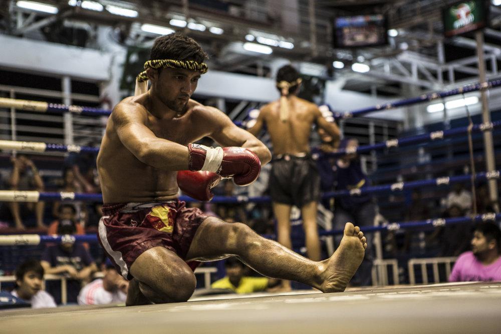 Leo utför Wai Khru i thailand på Bangla Boxing Stadium innan sin match.