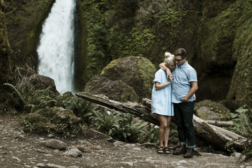 columbia-river-gorge-wahclella-falls-engagement-photos-snuggle