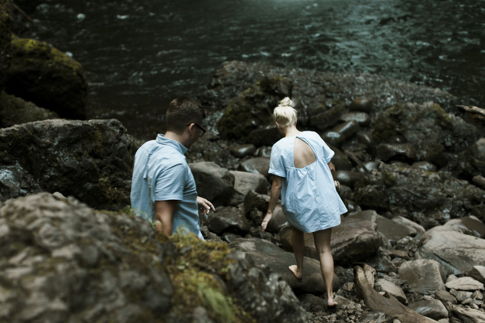columbia-river-gorge-wahclella-falls-engagement-photos-down-the-rocks