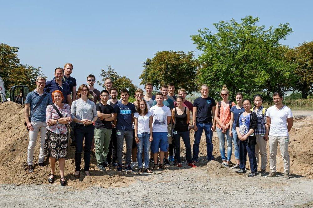 16 Studenten der Technischen Universität bauen zusammen mit ihren Betreuern den Holzpavillon auf dem Spinelligelände. Währenddessen leben sie auch dort.