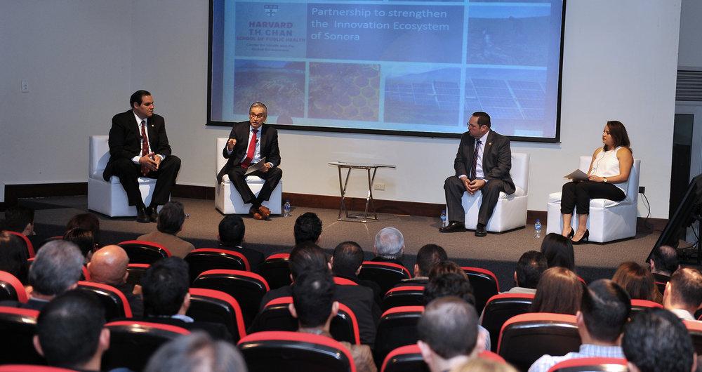 Dr. Ramón Sánchez/Universidad de Harvard, Lic. Jorge Vidal/Secretario de Economía, Dr. Heriberto Grijalva/Rector UNISON, Lic. Judith Ruiz/comunidad emprendedora.