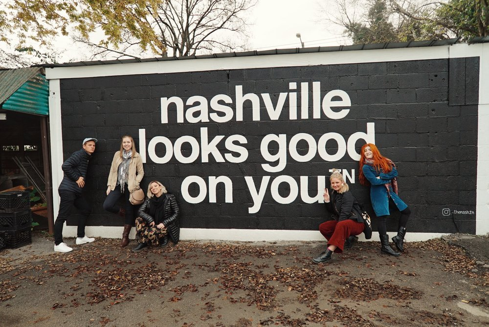 Group photo infront of nashville sign.JPG