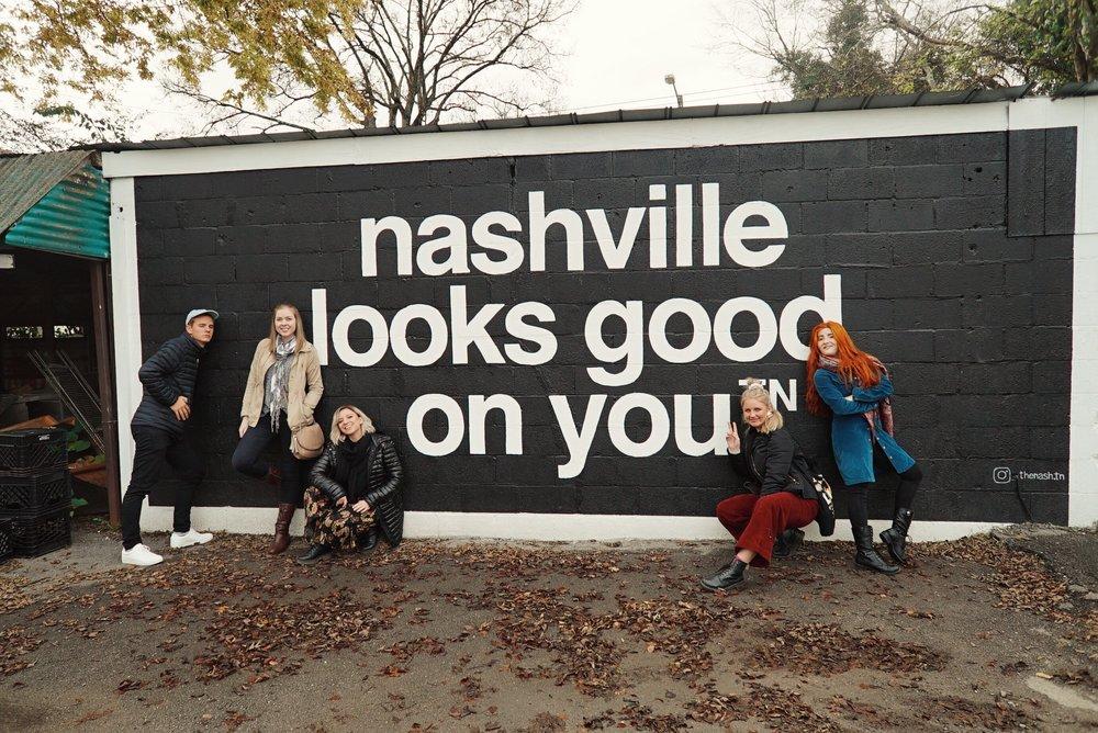 Group photo infront of nashville sign.JPG