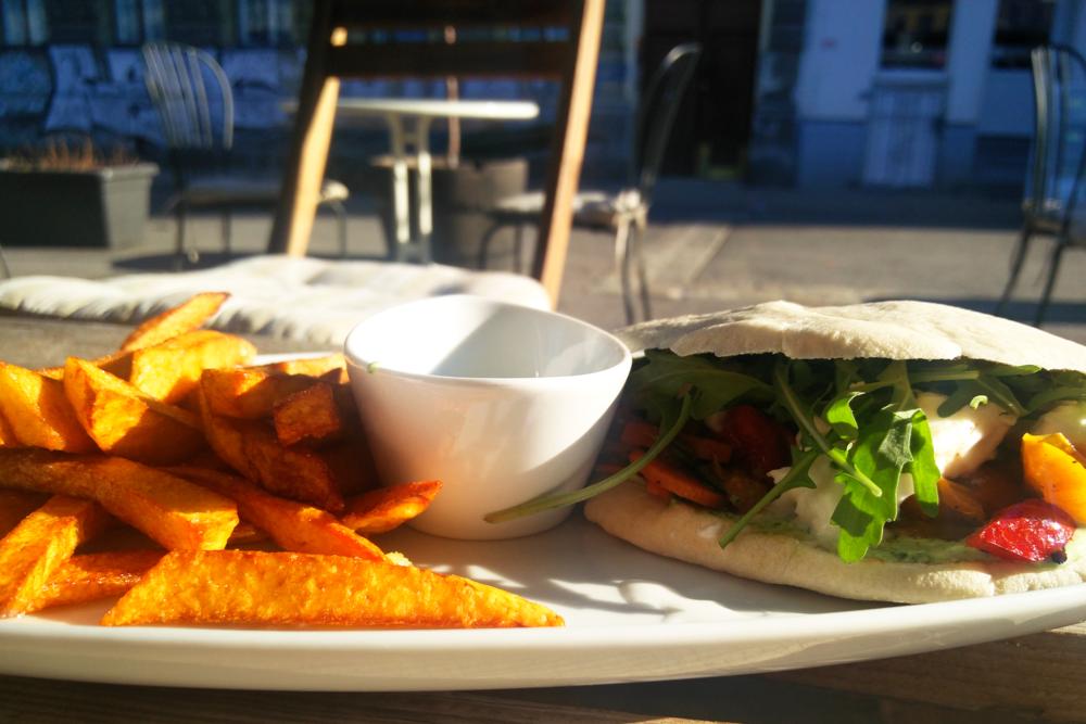 Die Brüder Kilicdagi haben mit dem Cafe Fresh nun ihr drittes Lokal am Yppenplatz eröffnet. Es gibt Burger, Pita und hausgemachten Eistee. Gut ist die Lage, da man schön in der Sonne verweilen kann. Essen sollte man aber doch besser bei einem der anderen Lokale.