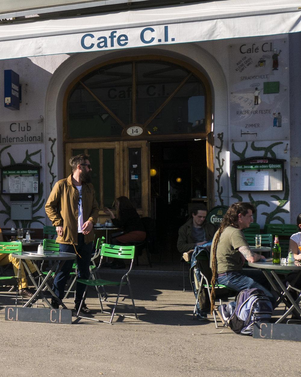 Das Cafe C.I. ist eines der wenigen nicht hippen Lokale am Yppenplatz und das einzige das bereits um 09.00 Uhr morgens seine Pforten öffnet und Frühstück anbietet. Es gibt akzeptable Hausmannskost, keine sonderbaren Getränkeexperimente sondern einen bodenständigen Spritzer oder Bier.