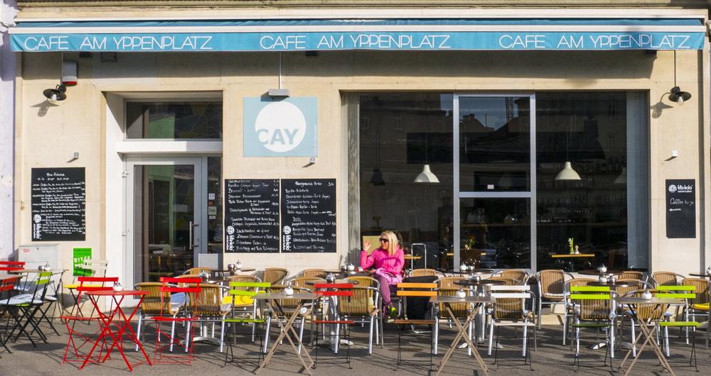 Das Cafe am Yppenplatz hat eine super Sonnenlage. Der Kellner ist immer sehr verplant aber freundlich. Geboten werden österreichische Gerichte, mit Bio Zutaten. Es ist essbar und eine Alternative sollte es im Dellago keinen Platz geben.