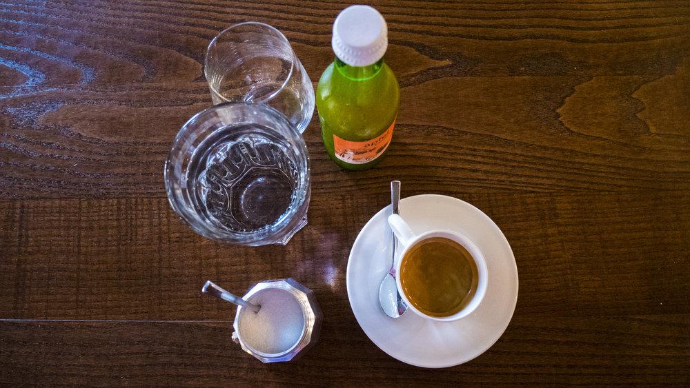 Espresso und Natur Apfelsaft im La Mercerie