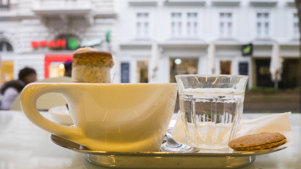 Cappuccino und Blaubeermuffin