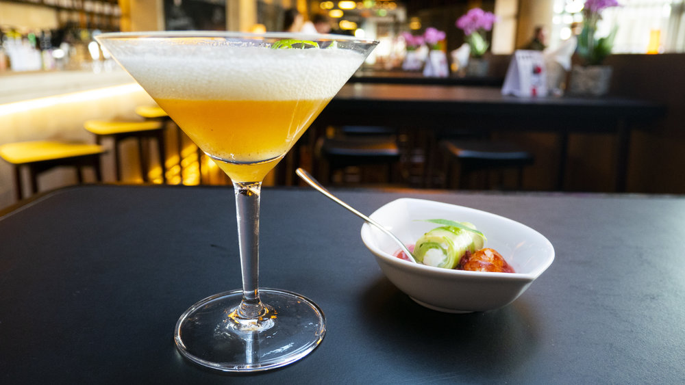 Flusskrebs mit Cocktail in der Skybar