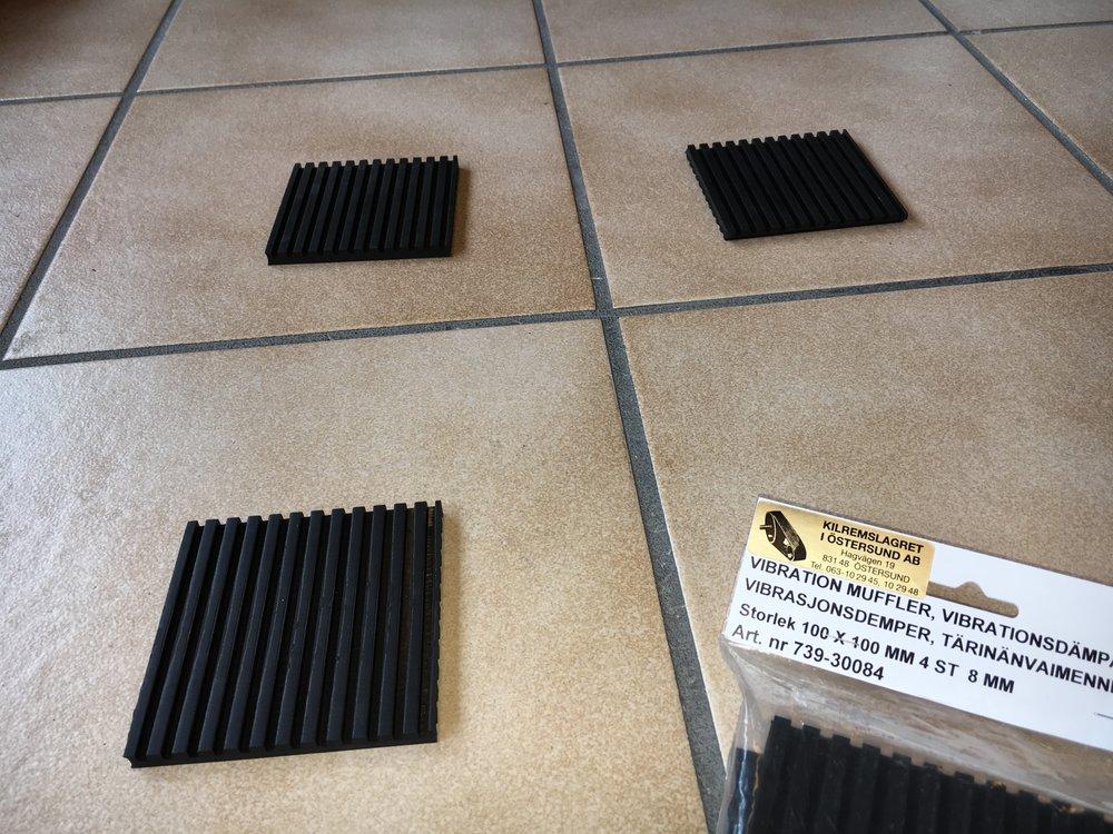 dämparmattor på golvet.JPG