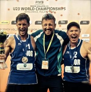 EN GOD DAG PÅ JOBB. I 2014 var Jostein rekruttlandslagssjef da Hendrik Nikolai Mol (til venstre) og Lars Fredrik Tvinde (til høyre)tok sølvmedalje i u-23-VM i sandvolleyball. Foto: Frode Tvinde