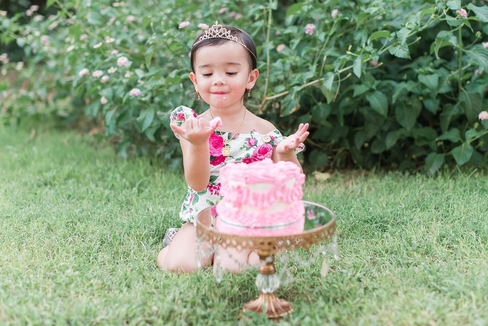 MacKenzie's cake smash session at Manistee Park in Phoenix, Arizona. Photos by Jade Min Photography.