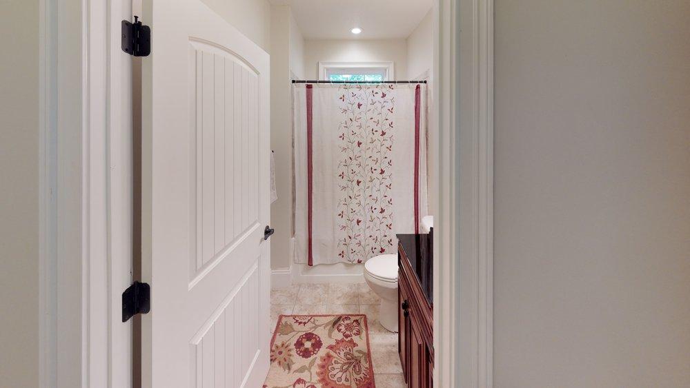 yCJAPR8ykVv - Bathroom(2).jpg