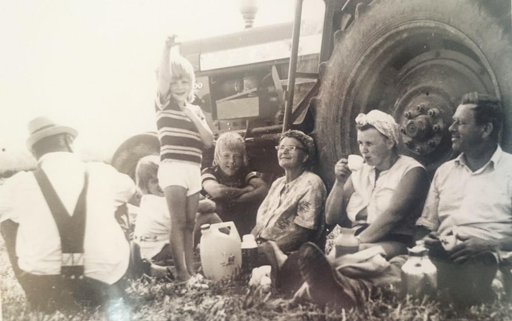 Fikastund i höskörden 1974.