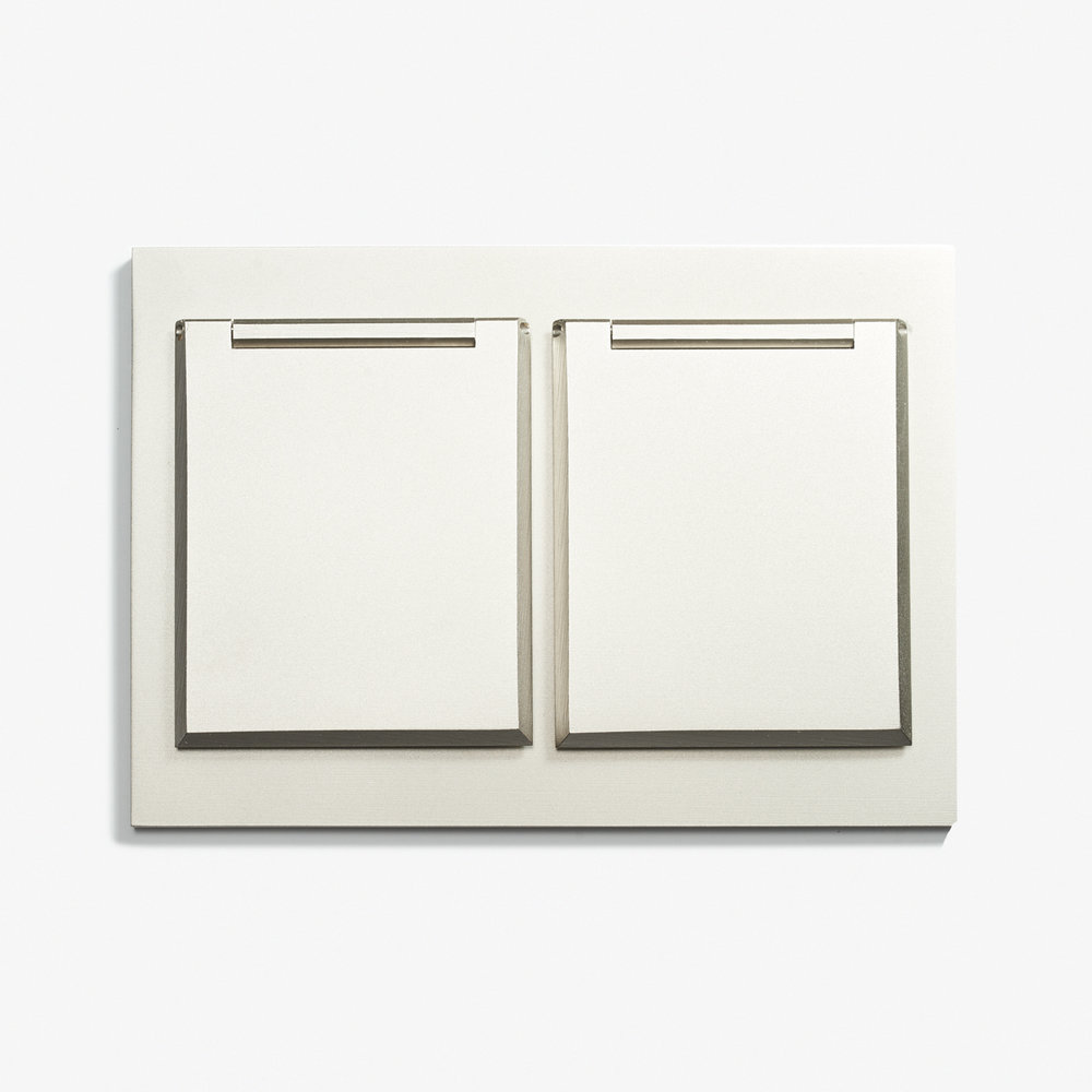 "Duplex Outlet - Covers - Straight Edge<a href=""/117-x-82-double-outlet-covers-straight-edge-microbille-nickel""></a><strong>Microbillé Nickel</strong>"