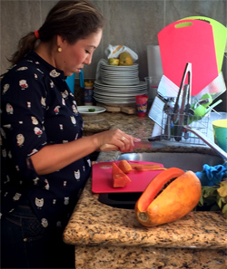 Issi's wife prepares papaya for tuna  cerviche .