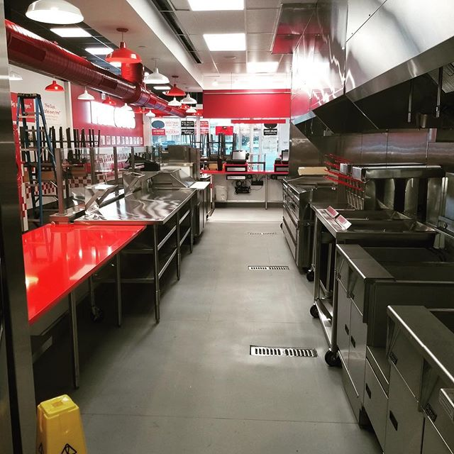 🍔🍟Behind the scenes at the NEW @fiveguys located in Staten Island!!🍟🍔 #longviewbuilds #longviewconstruction #buildingrelationships #constructionmanagement #restaurantconstruction #burgers #fries #fiveguys #statenisland #nyc