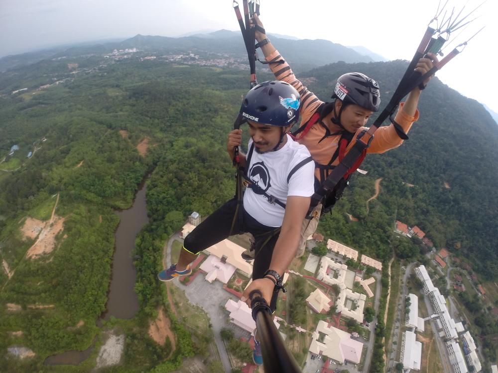 Kalau tengah paraglide, macam mana nak bawa phone,betul?