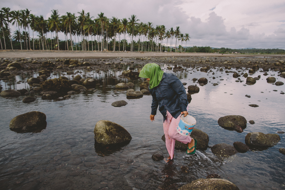 Bali_Indonesia_photo_journalism_shellfish_collecting_global_eyes_media_003.jpg