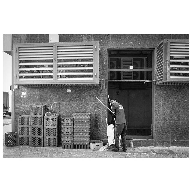 Caught in the act. . #myabudhabi #inabudhabi #fujifilm @fujifilmme #streetphotography #lensculturestreets #street_photography #streetphotographers #streetlife #streets #everybodystreet #photojournalism #peoplescreatives #lensculture #streetlife_award #streetdreamsmag #documentaryphotography #streetphotographer #documentaryphotographer #beststreets #reportagespotlight #everydayeverywhere #streetactivityteam #streetdreamsmag #fotograferjomblo #streetactivity #urbanandstreet #imaginatones #streettogether #bestofstreet