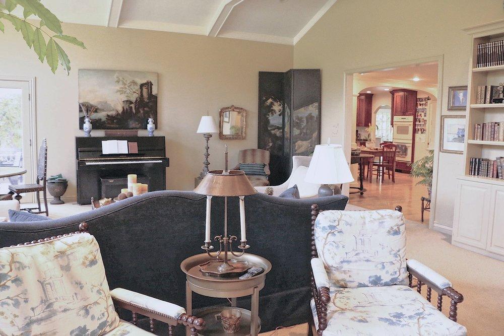 ajoyfulnoise-marriott-livingroom.JPG