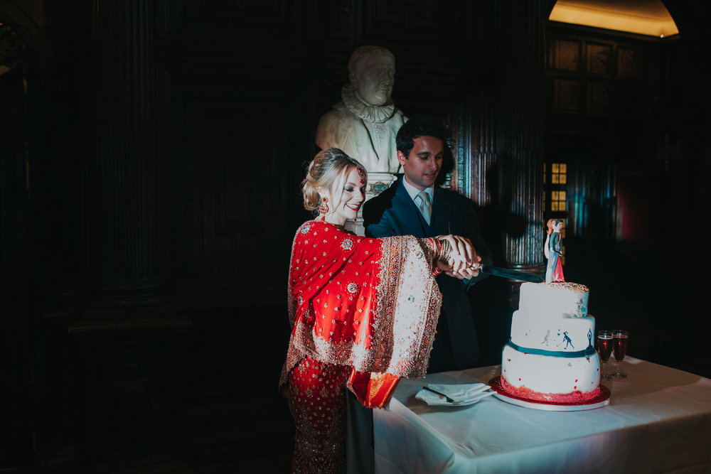 209-Anglo-Asian-London-Wedding-cutting-cake.jpg