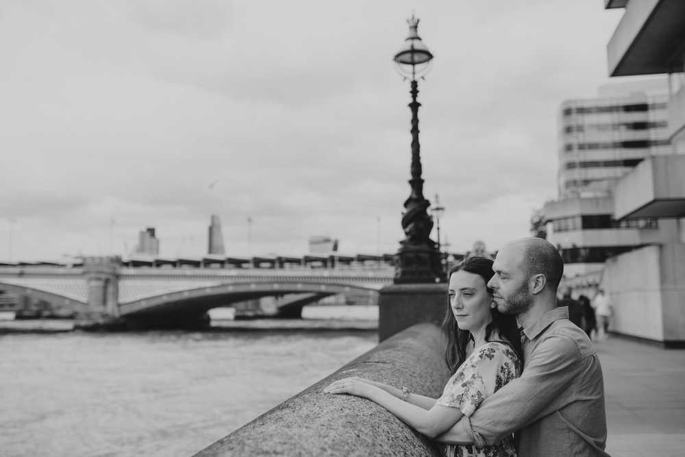 17-couple engagement photos on Thames riverside_.jpg