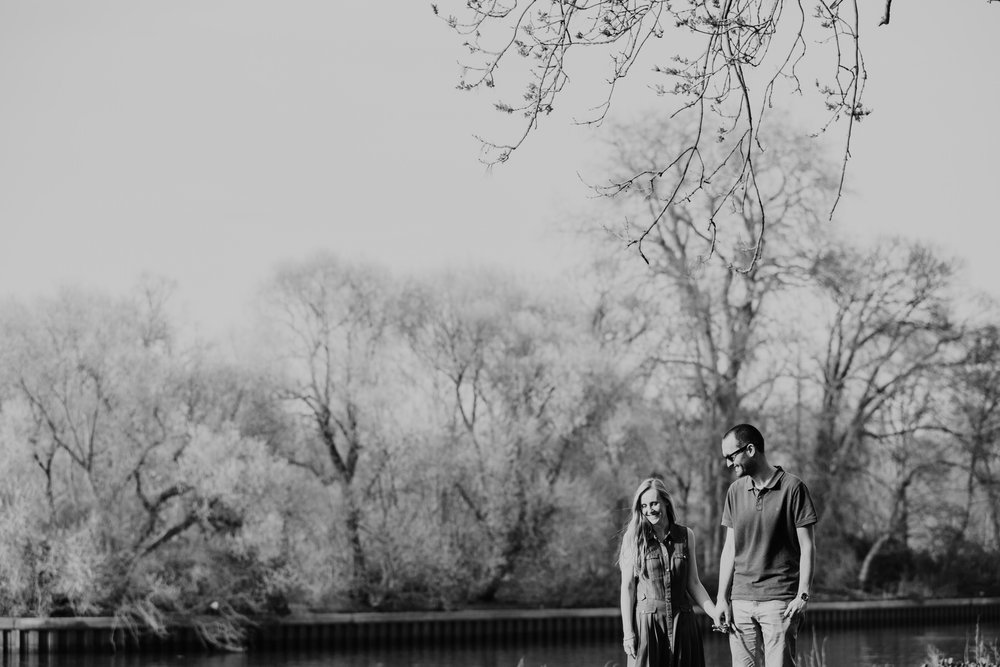 40-romantic kissing couple summer BW engagement portrait Thames.jpg