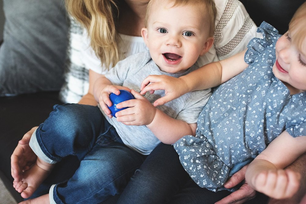 karra lynn photo lifestyle newborn at home - siblings on couch