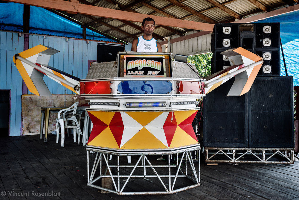 "Mega Som (Mega Sound) is a small sized ""aparelhagem"" with an ""indian arrows"" inspiration design... Small soundsystems populate by hundreds the rivers shores bars in the state of Pará. 