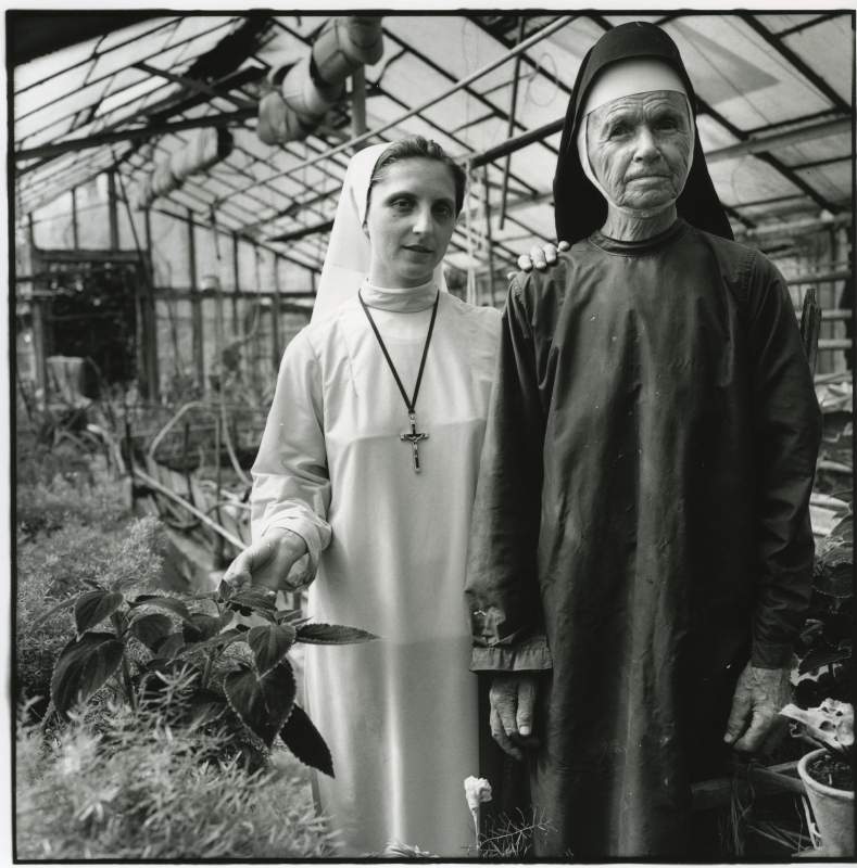 Sisters. Radomysl Wielki 90's... Un village en Pologne. / Wies Ukradzione Pamieci