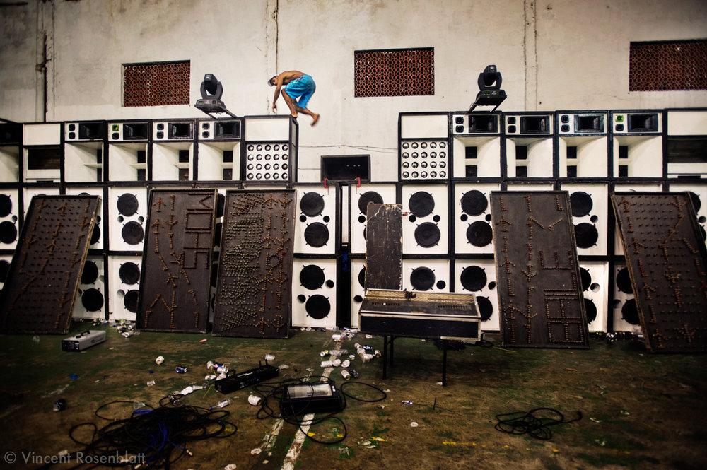"""Desmounting the soundsystem """"A Coisona"""" (""""The Big Thing"""") after the Baile Funk on sunday night at Club 18, in the borough of Olaria, by the entry of the Complexo do Alemão's favelas.    Démontage de l'équipe de son """"A Coisona"""" (""""La Grande Chose) après le Baile Funk du dimanche soir, au Club 18, dans le quartier d'Olaria, à l'entrée des favelas du Complexo do Alemão.."""