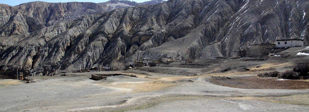 Le nom du village est Tibétain, traduit en phonétique Anglaise, cela donne Dhey;Mais les villageois quand il écrivent en Anglais sur des documents officiels l'écrivent Dhye .                                                 Nous retenons leur Orthographe mais le prononçons Dhey.