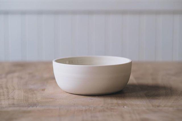 Simple, minimal bowl from @leuceramics  Photo @arturrummel  #simpleminimal #minimalista #instaceramics #stoneware
