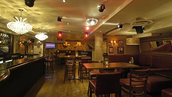 The Warwick é um pub no Soho , fica aberto até as 3 da manhã , chegue antes das 11 e ganhe um welcome drink ,entre as 5-8 da noite os cocktails vão te custar £5 e £3,50 em determines cervejas , eles sempre tem elf price para spirits e vinho .  1-3 Warwick St, Soho, London W1B 5LR, thewarwick.co.uk